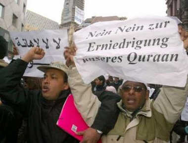 Moderate Muslims in Austria stand up for press freedom in Europe. (Sign reads 'No to the degradation of our Quran')